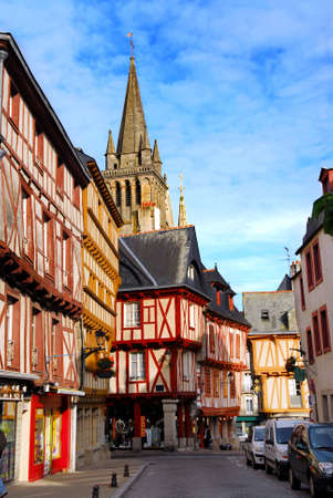 colourful houses: Con coloridas casas de la calle en una ciudad medieval de Vannes, Breta�a, Francia.  Foto de archivo