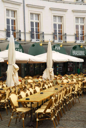 brasserie restaurant: Vider restaurant patio � Vannes, en Bretagne, France  Banque d'images