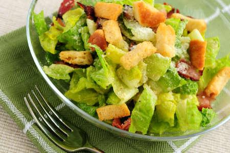 Caesar frischen Salat, serviert in einer Glas-Schale  Standard-Bild - 2691143