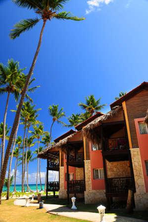 Luxury tropical resort on ocean shore with palm trees Banco de Imagens