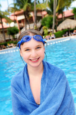 Tienermeisje in het zwembad in tropische resort Stockfoto
