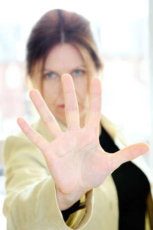 feministische: Gesturing stop volwassen vrouw met haar hand palm