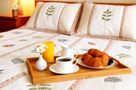 bandejas: La bandeja con el desayuno en una cama en una habitaci�n de hotel