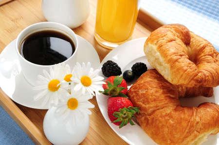 El desayuno se sirve en una bandeja en una soleada mañana