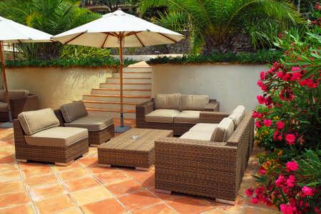 patio furniture: Patio del mediterraneo villa in Costa Azzurra con mobili in vimini Archivio Fotografico