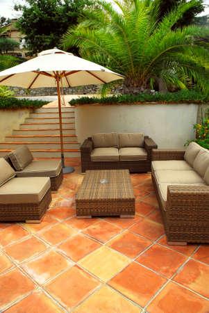 superficie: Patio de la villa mediterr�nea en Costa Azul con muebles de mimbre Foto de archivo