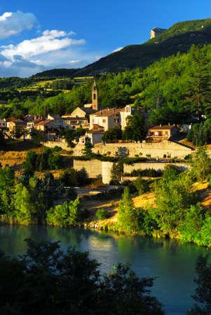 ufortyfikować: Scenic widok na miasto Sisteron w Provence, Francja