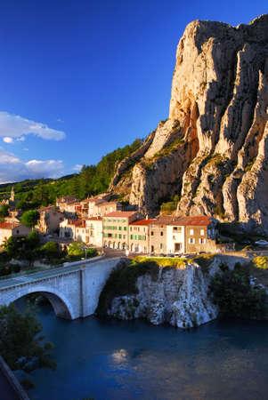 ufortyfikować: Domy u podstawy urwiska w miejscowości Sisteron w Prowansji