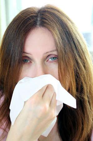 allerg�nes: Mature femme avec une grippe ou une allergie sympt�mes  Banque d'images