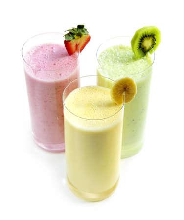 batidos de frutas: Varios smoothies de frutas aislada sobre fondo blanco