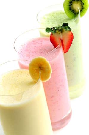 smoothies: Varios batidos de frutas aisladas sobre fondo blanco