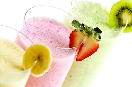 licuados de frutas: Surtido de frutas smoothies cerca en fondo blanco