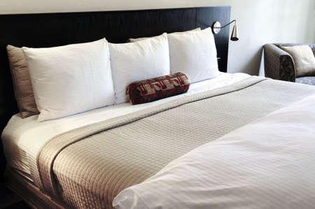 Sypialnia z wygodnym łóżku w neutralnych kolorach