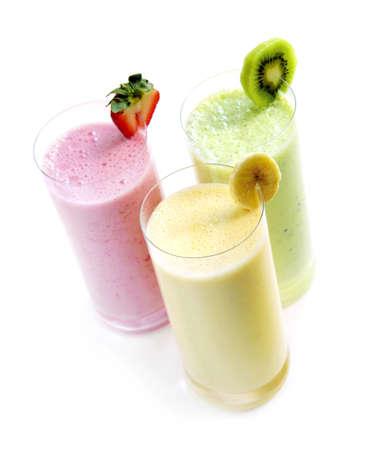 licuados de frutas: Varios smoothies de frutas aislada sobre fondo blanco