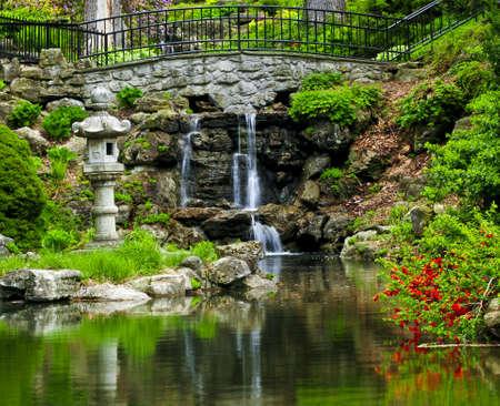 Chute d'eau en cascade et l'�tang dans le jardin japonais  Banque d'images - 3143671