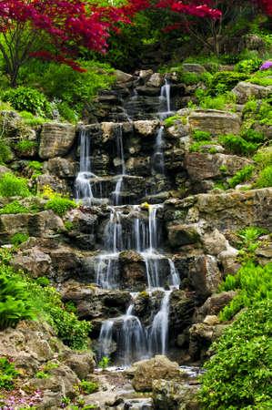 Cascading waterval in de Japanse tuin in het voorjaar
