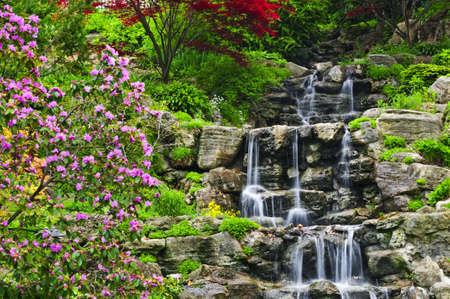봄 날에 계단식 폭포 일본 정원에서 계단식 폭포