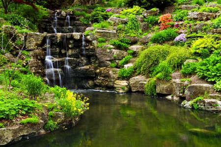 계단식 폭포와 일본 정원에 연못