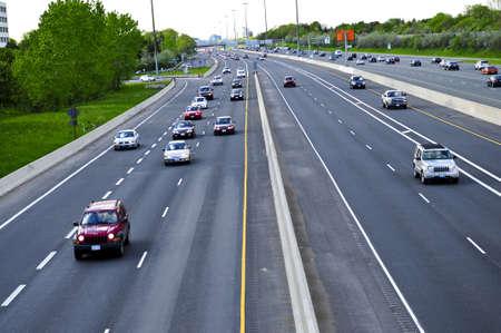 Bezet multi-baans snelweg in een grote stad Stockfoto