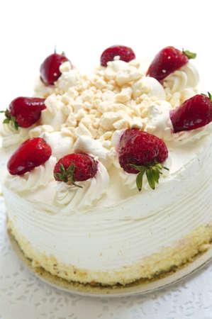 hintergr�nde: Ganze Erdbeer-Baisers Kuchen auf wei�em Hintergrund