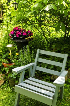 silla de madera: Silla de madera en un rinc�n aislado de verde exuberante jard�n