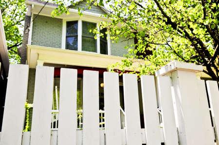 cerca blanca: White valla en torno a patio de casa