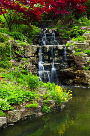 Cascading waterval en vijver in de Japanse tuin