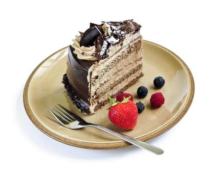 decoracion de pasteles: Rebanada de pastel de chocolate con mousse servido en un plato de fondo blanco  Foto de archivo