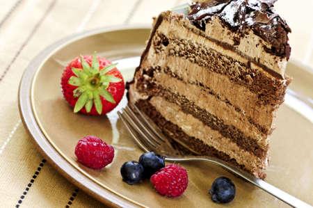 Deel van chocolade mousse koek geserveerd op een plaat