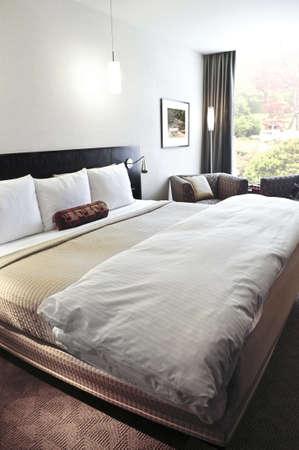 中立的な色の快適なベッド付きのベッドルーム 写真素材 - 3408773