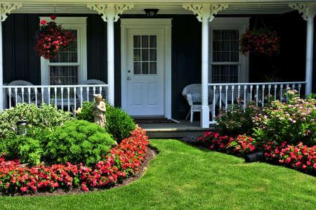 paisajismo: Ajardinada patio de una casa con flores y verde c�sped