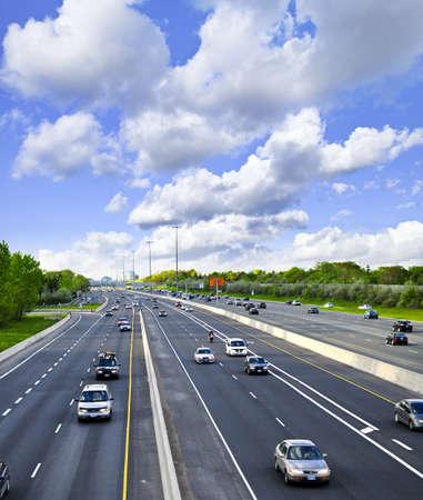 autopista: Ocupado multi-carril de la autopista en una gran ciudad  Foto de archivo