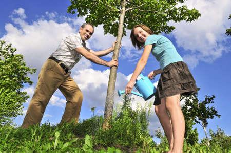 plantando un arbol: Padre e hija Ing un �rbol joven