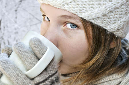 sorbo: Adolescente en invierno con sombrero taza de chocolate caliente