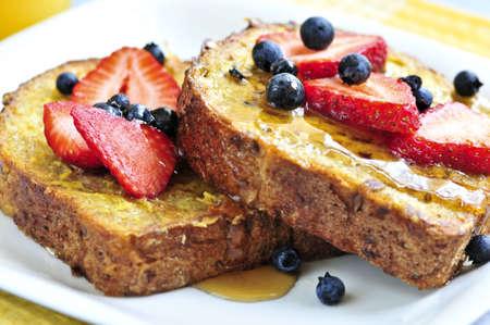 pan frances: Desayuno de Pan franc�s con bayas frescas y jarabe de arce
