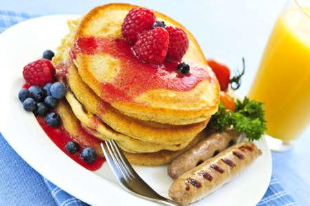 Breakfast of buttermilk pancakes with sausages and fresh berries Zdjęcie Seryjne