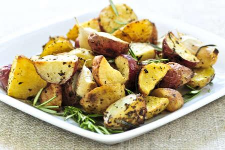 papas: Hierba de patatas asado servido en un plato