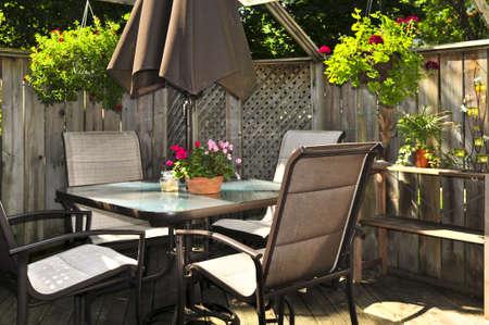 De madera cubierta de una casa con muebles de patio Foto de archivo - 3786929