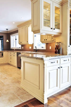 cuisine de luxe: Int�rieur de luxe moderne cuisine avec comptoir en granit