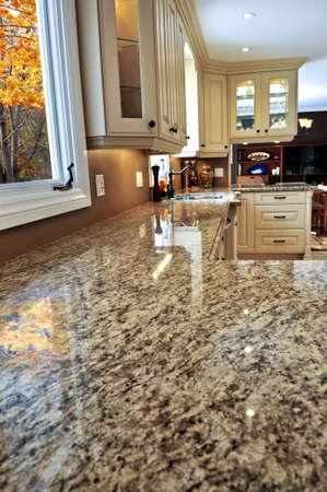 mostradores: Moderna cocina de lujo con interior de granito countertop Foto de archivo