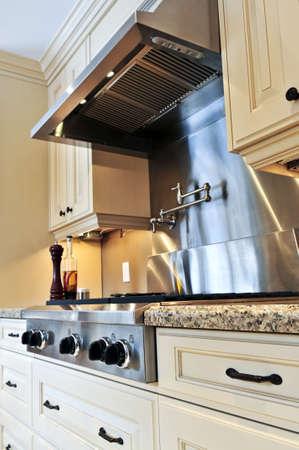 cuisine de luxe: Int�rieur de la cuisine de luxe moderne avec appareils en acier inoxydable