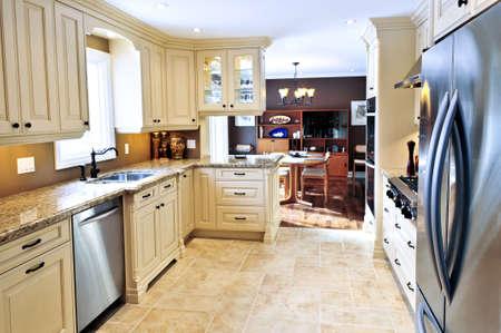 Interieur van de moderne luxe keuken met granieten aanrecht