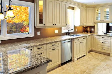 Moderne luxe keuken met granieten interieur countertop Stockfoto