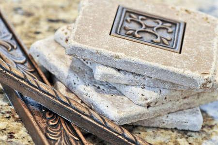 azulejos ceramicos: Las baldosas cer�micas y las fronteras de backsplash cerca de una superficie de granito