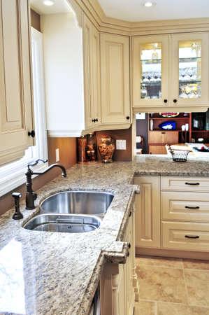 cuisine de luxe: Moderne de cuisine de luxe int�rieur avec comptoir en granit