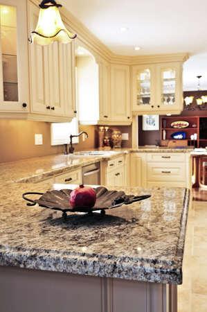contadores: Interior de lujo moderno, con cocina de granito countertop Foto de archivo
