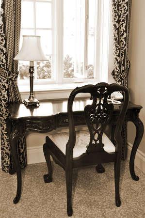 アンティークの椅子、リビング ルームの窓の近くの机 写真素材 - 4042321