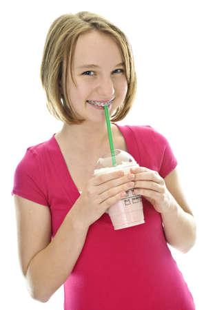 granizados: Adolescentes beber batido de fresa aislados en el fondo blanco