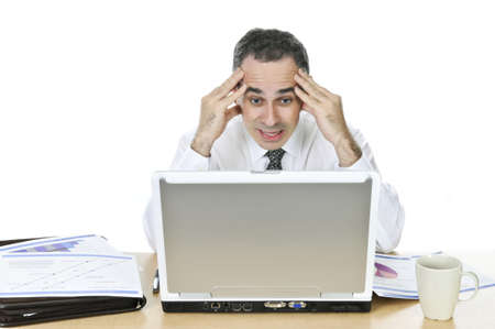 hombre preocupado: Destac� el empresario sentado en su escritorio aisladas sobre fondo blanco