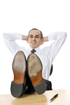 pies masculinos: Descansando de negocios con los pies sobre su escritorio Foto de archivo